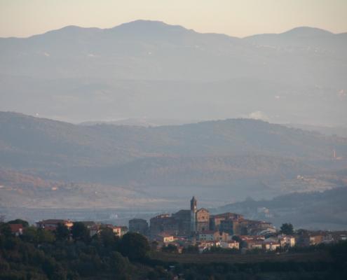 Veduta paesaggistica di un paesaggio collinare con borgo